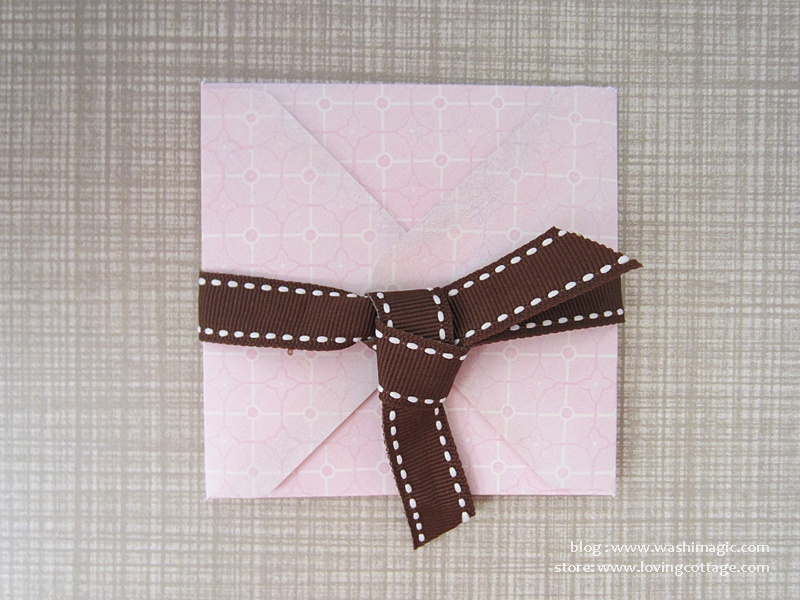 Use ribbon to tie the envelope